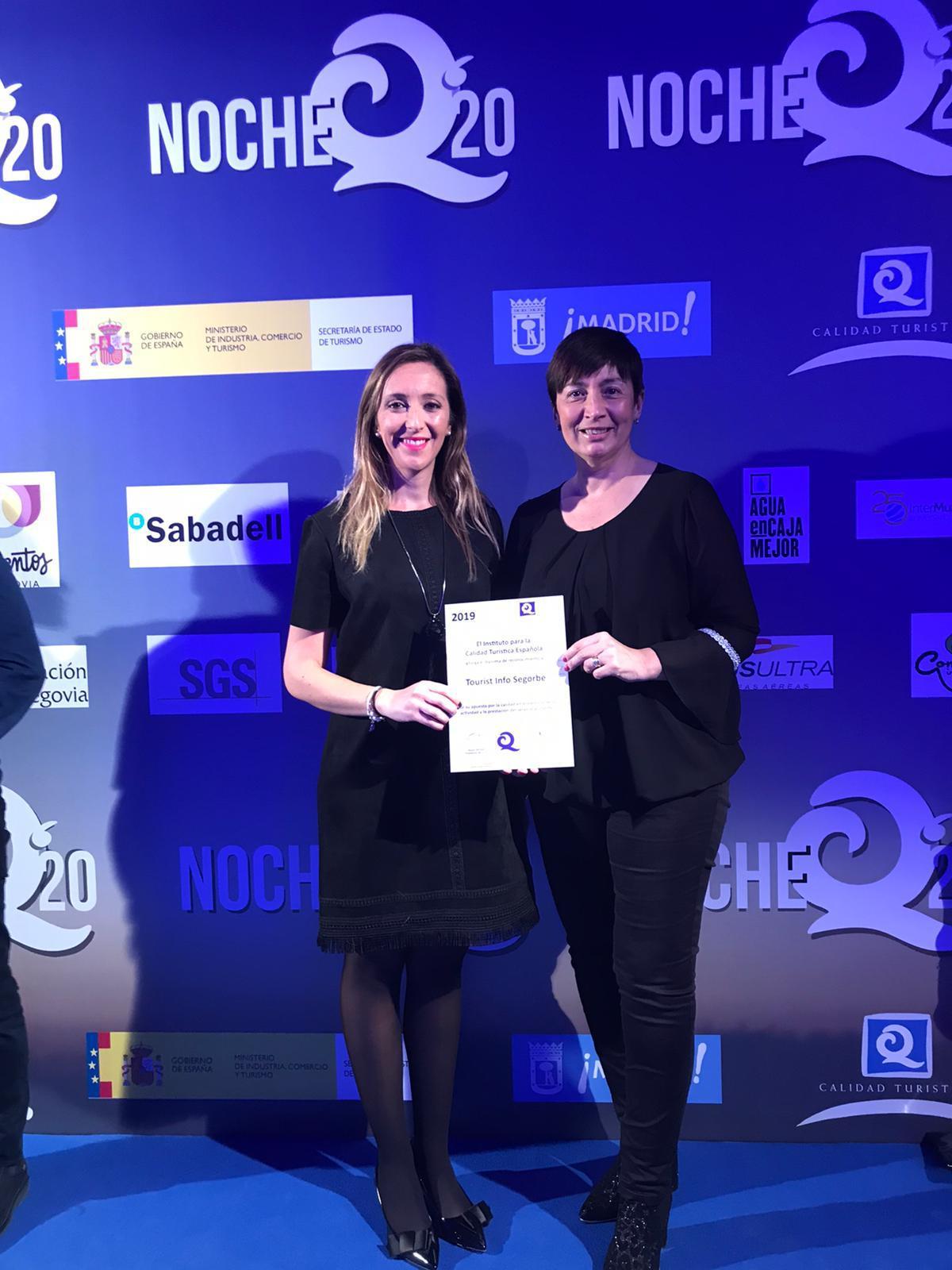 La-Alcaldesa-de-Segorbe-y-la-Concejal-deTurismo-recogieron-el-Premio-Q-que-avala-la-calidad-en-la-Tourist-Info-de-Segorbe.