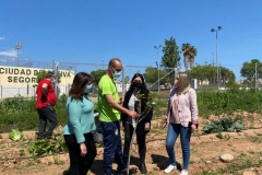 Marisa-Lopez-ha-visitado-el-huerto-donde-los-usuarios-del-CRIS-realizan-el-taller-de-agricultura-1