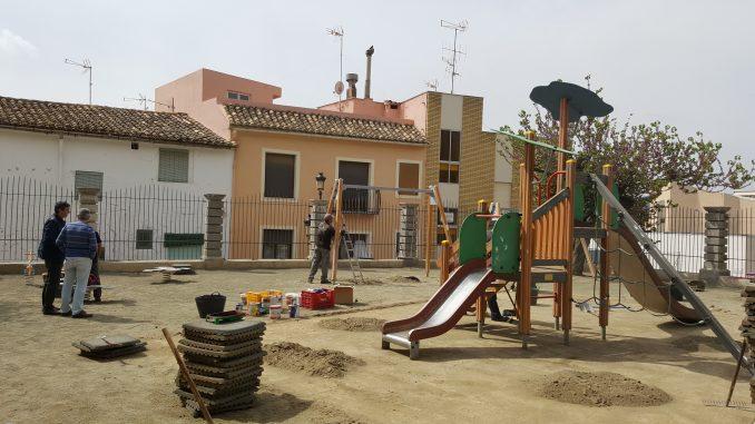 Trabajos de acondicionamiento en el parque infantil de la glorieta de Segorbe