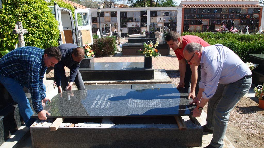 Colocación de la nueva lápida en la fosa común de la Guerra Civil