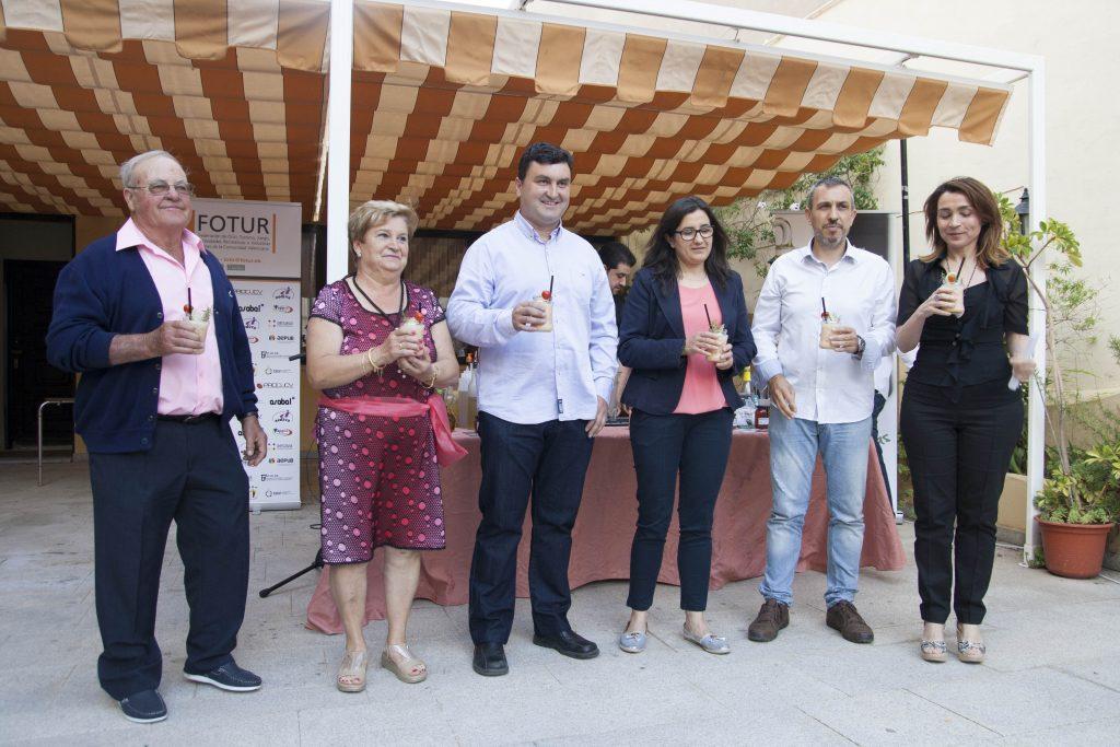 Alfonso Alandí, junto a su familia, el Alcalde y la Concejala de Turismo