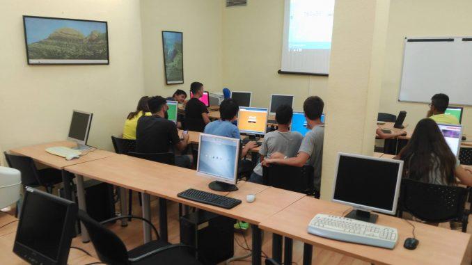 El alumnado de la Escuela Juvenil de Verano de Segorbe realizando actividades en el aula de informática