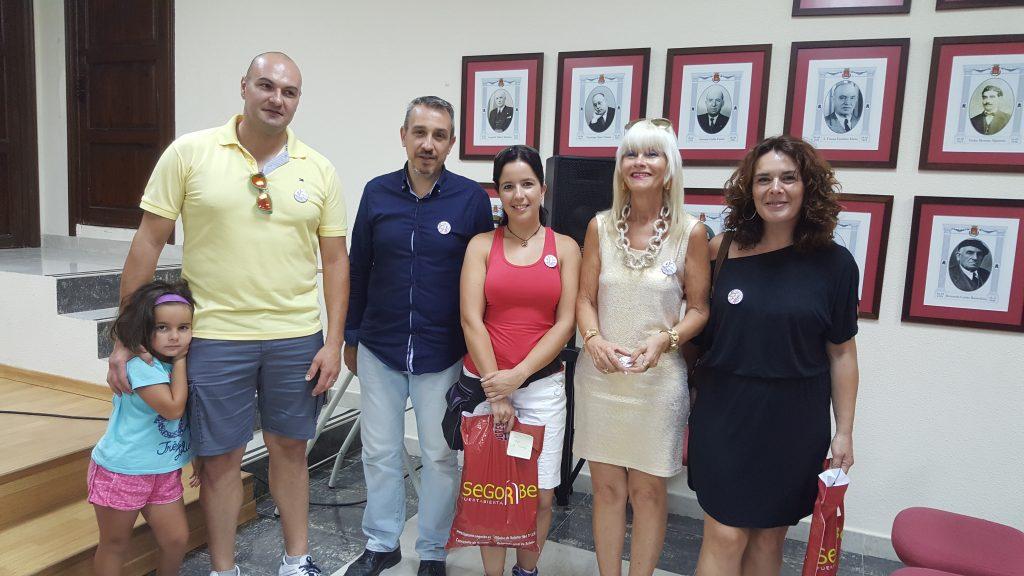 El Alcalde y la Concejala de la Mujer entregan las chapas a representantes  de las peñas