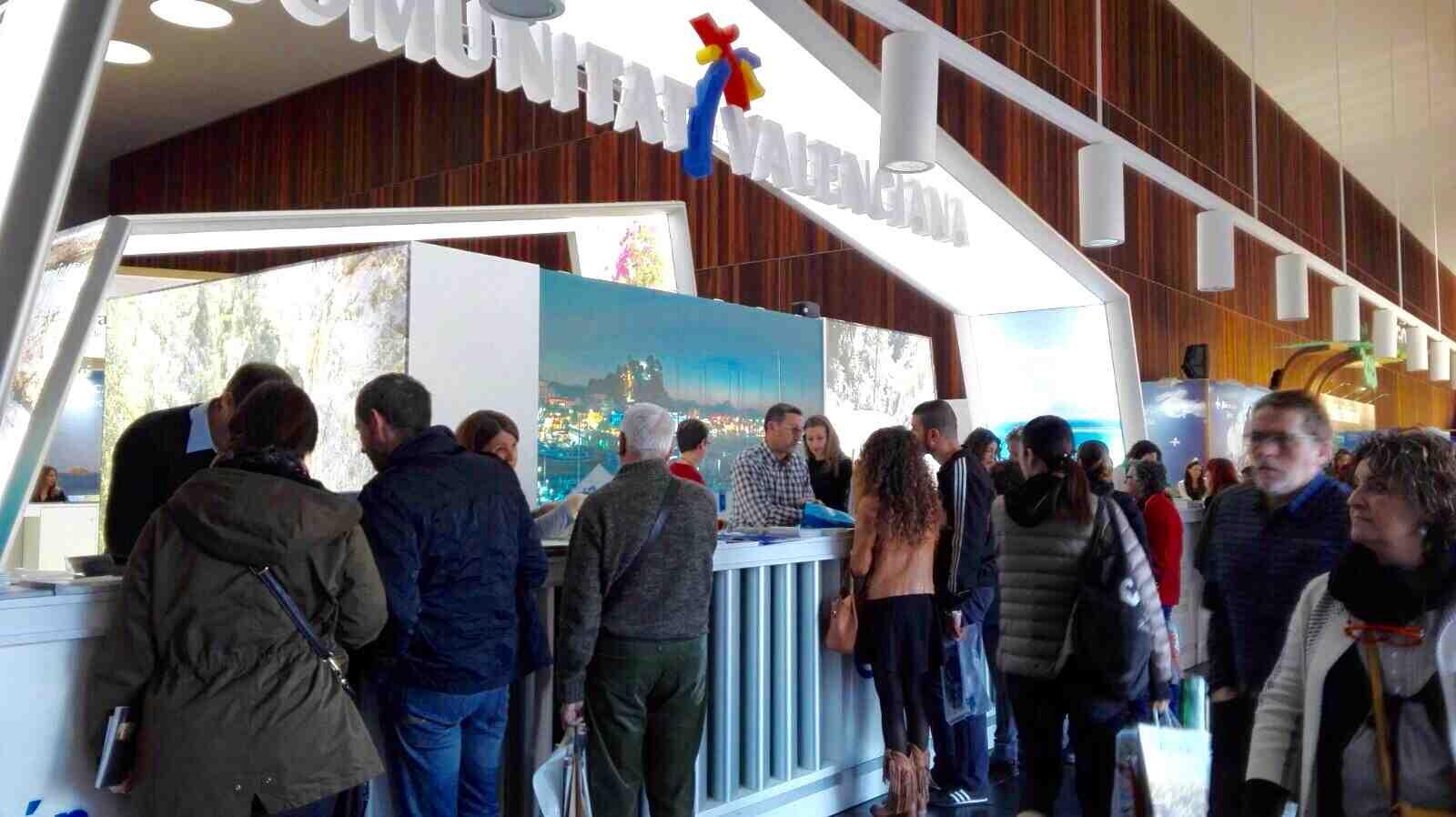 Las trabajadoras de la Oficina de Turismo de Segorbe atienden al público en la Feria Internacional de Turismo de Navarra