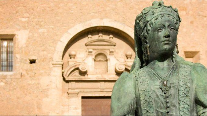 Estatua a María de Luna, en la Iglesia de San Martín de Segorbe