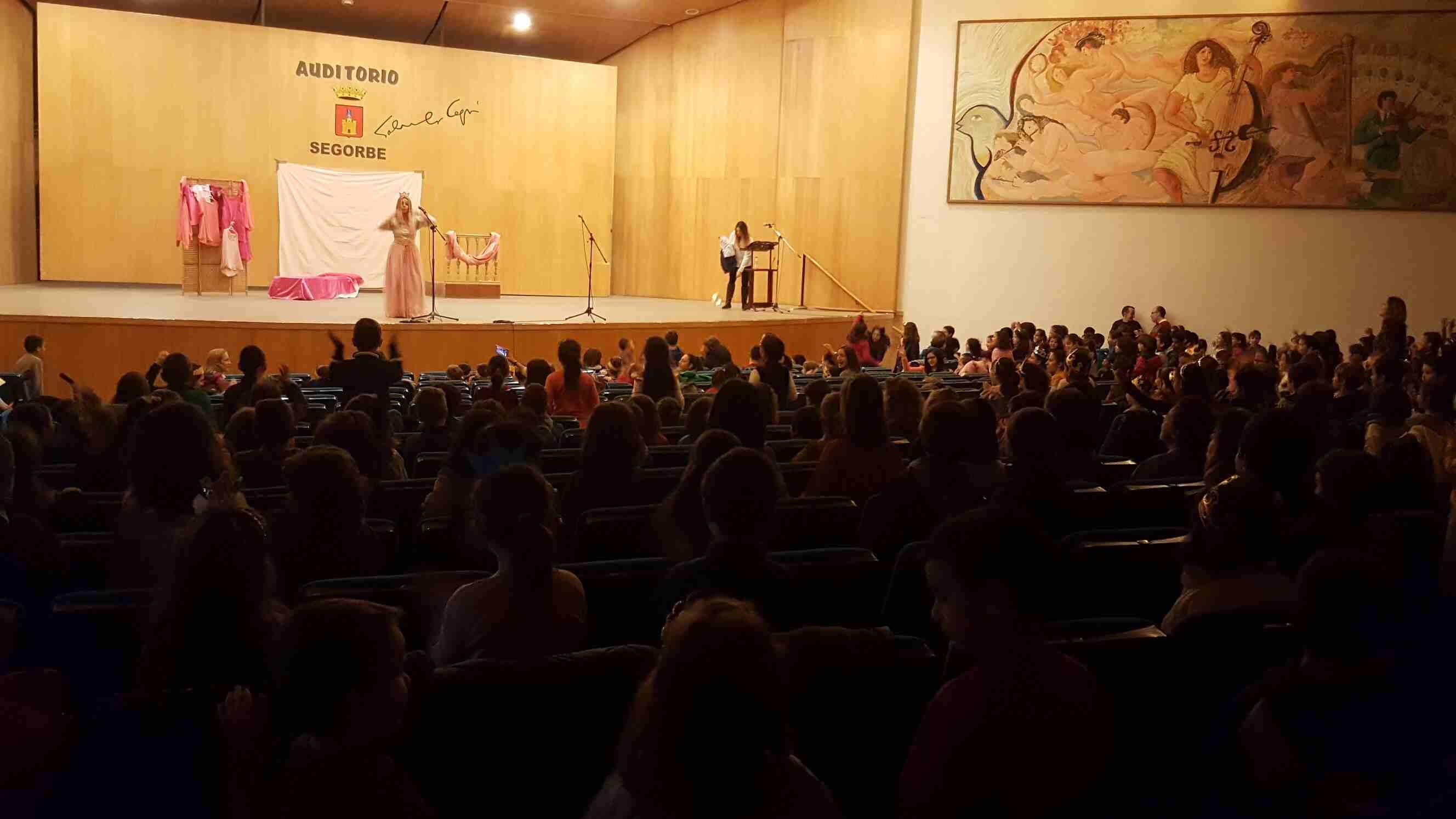 El alumnado baila al ritmo de las canciones del teatro
