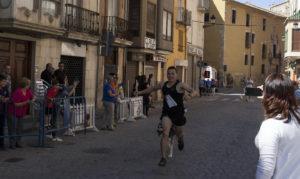 El ganador de la modalidad masculina llega a meta - II PerroCross comarcal de Segorbe