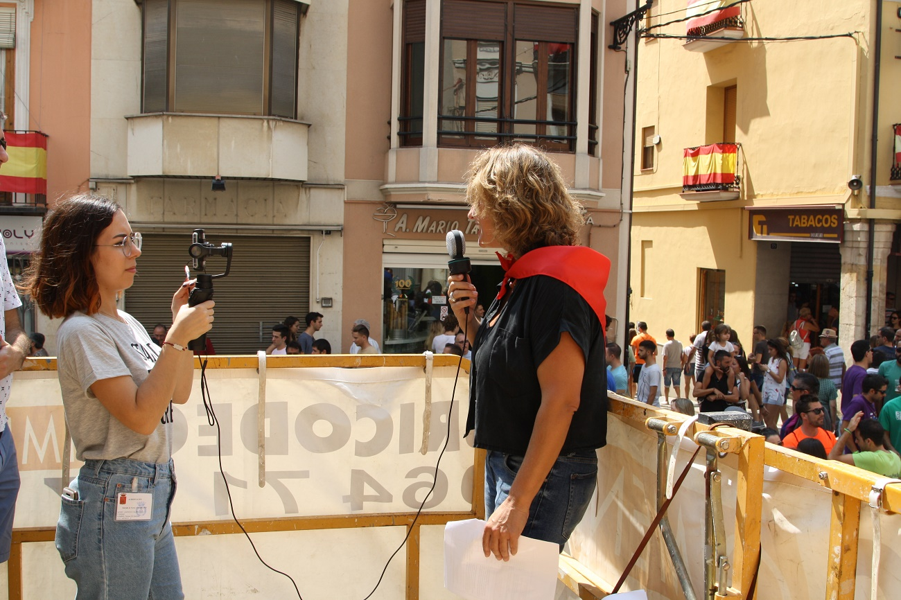 Carolina Ferre y su equipo retransmitiendo la Entrada en Facebook Live de la Comunitat Valenciana