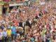 Los jinetes desfilan entre el público tras la Entrada