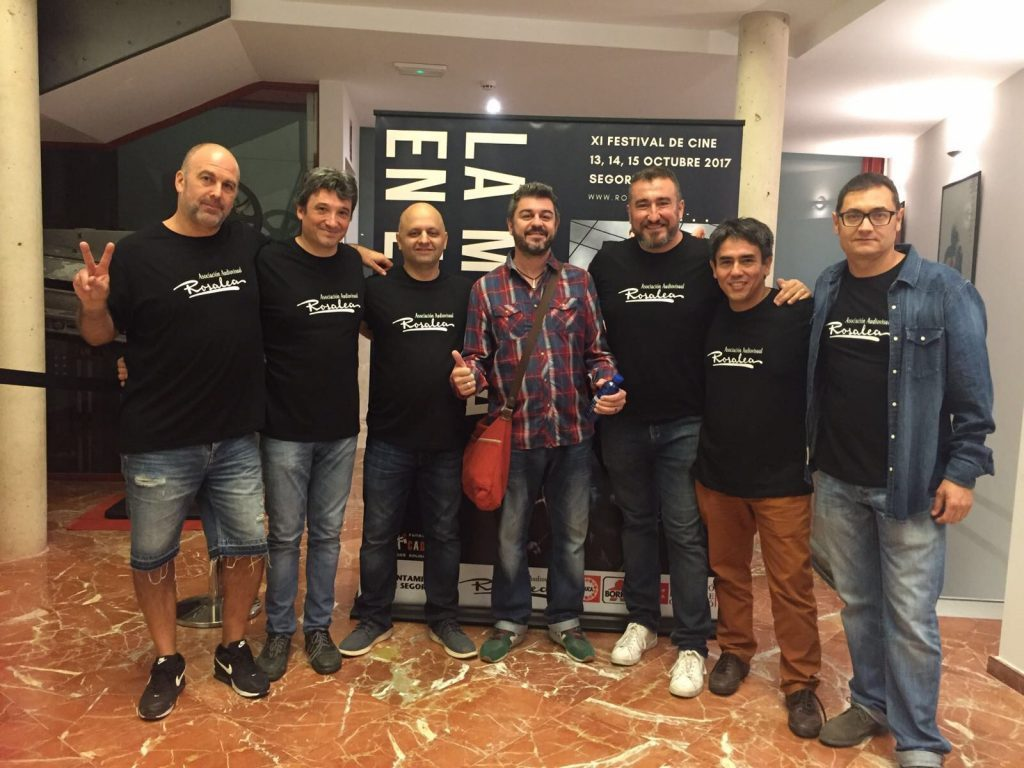 El humorista Rafa Forner junto a miembros de la Asociación Audiovisual Rosalea