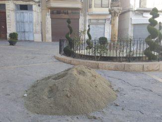 La brigada municipal está repartiendo durante estos días la arena en las calles