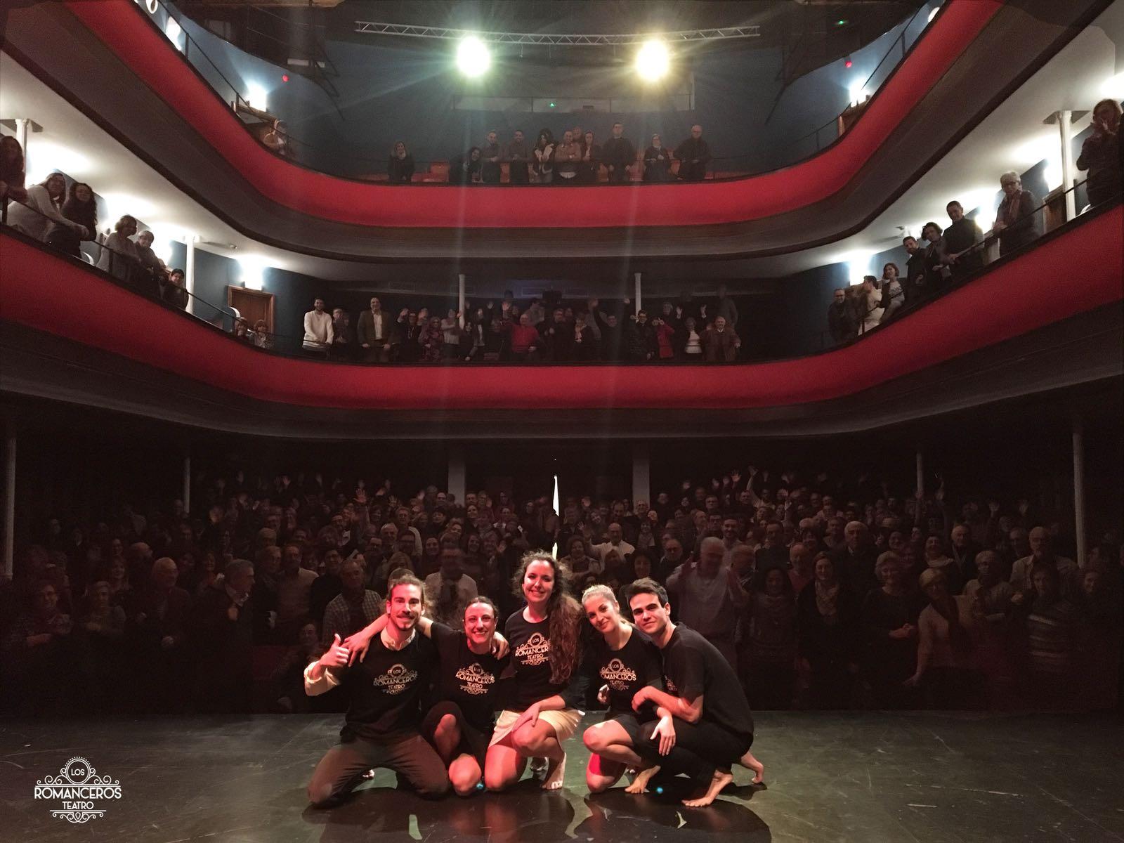 La compañía Los Romanceros Teatro llenó el Serrano