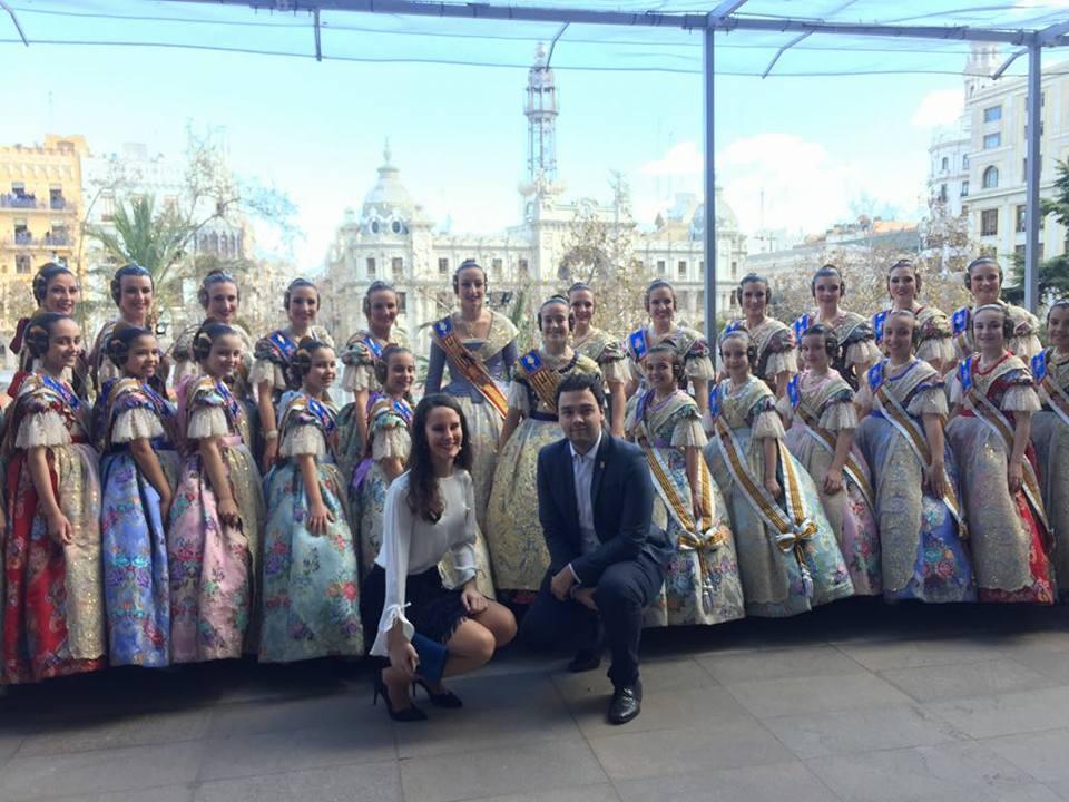 La Reina de las Fiestas de Segorbe, Ángela Mínguezl, posa junto al Concejal de Fiestas, Enrique Máñez, y la Corte Mayor de Valencia, en el balcón del Ayuntamiento, desde donde presenciaron la mascletà