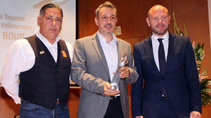 El Alcalde y un representante de los caballistas de Segorbe reciben el galardón. Entrada de Toros y Caballos de Segorbe