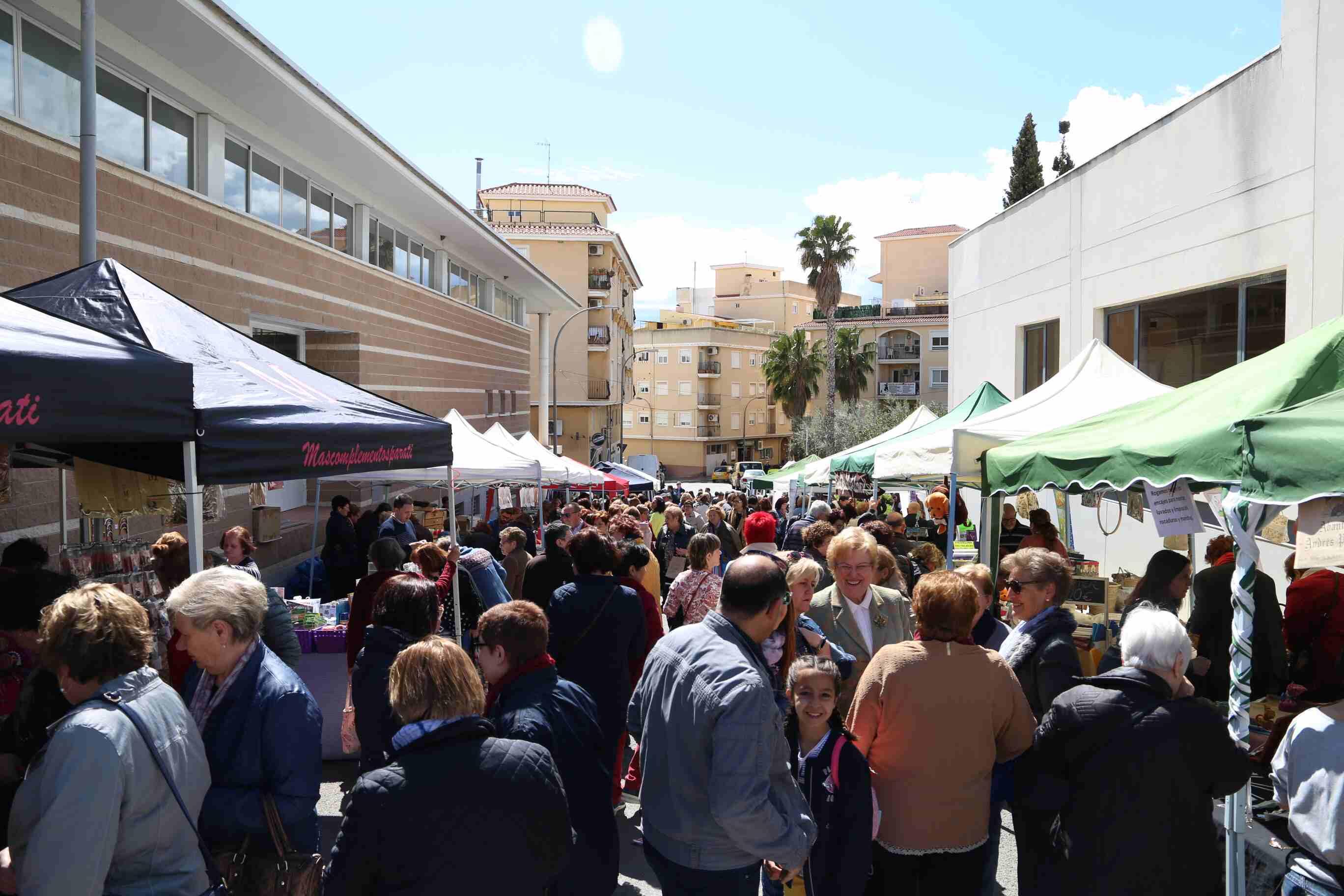Las calles adyacentes al pabellón multiusos se llenaron de personas interesadas en el arte de los bolillos