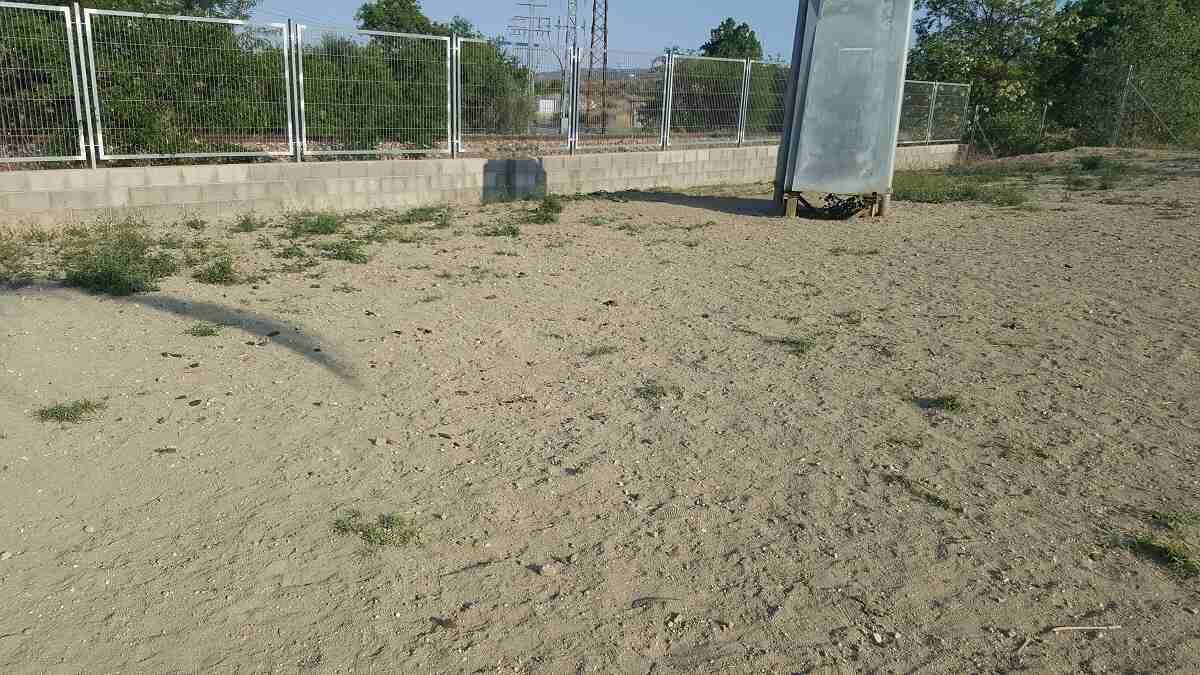 Estado en el que se encuentra el parque canino, previo a la desinfección. Se recuerda que tanto en la vía pública como en el parque canino es obligación recoger los excrementos.