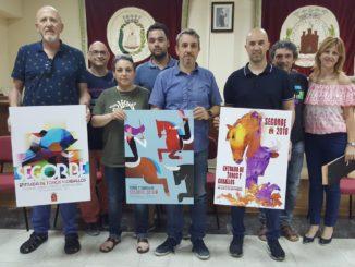 El jurado muestra las obras premiadas. En el centro, primer premio, a la izquierda, accésit y a la derecha, premio comarcal