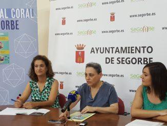 La directora del Festival Coral, M.ª Dolores Pérez, la concejala de Cultura, Tere Mateo y la secretaria de Juventudes Musicales, Ana Romero (de izquierda a derecha), han presentado el festival.