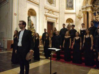 """El director del Coro de Cámara """"Ad Libitum"""", Francesc Gamón, recibe un obsequio del Ayuntamiento."""