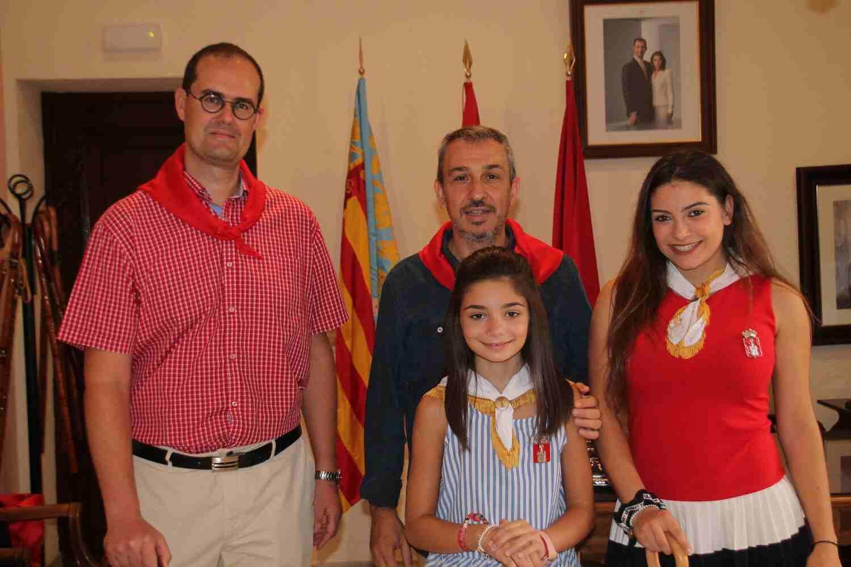 El Alcalde de Segorbe, Rafael Magdalena, y las Reinas 2018, junto a Enrique Garcés, Jefe de Rayos Hospital de Sagunto