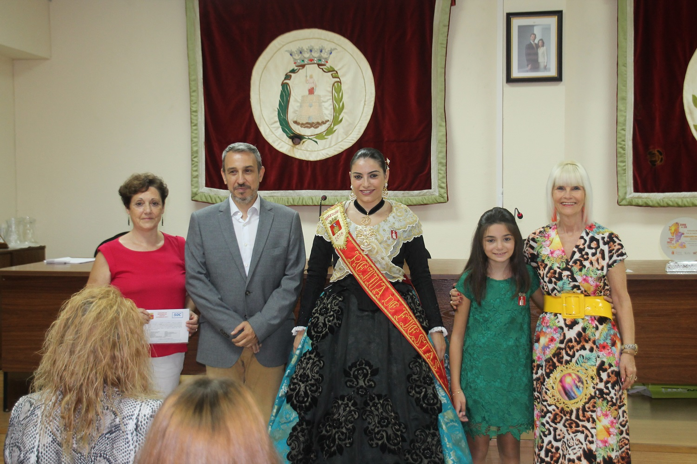 Votante ganadora de un vale junto al Alcalde, Reinas y Concejala