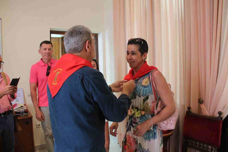 El Alcalde de Segorbe, Rafael Magdalena, pone el pañuelo a representantes del Ayuntamiento de Cervera
