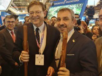 El alcalde, Rafael Magdalena, hace entrega de los bordones segorbinos al president de la Generalitat, Ximo Puig