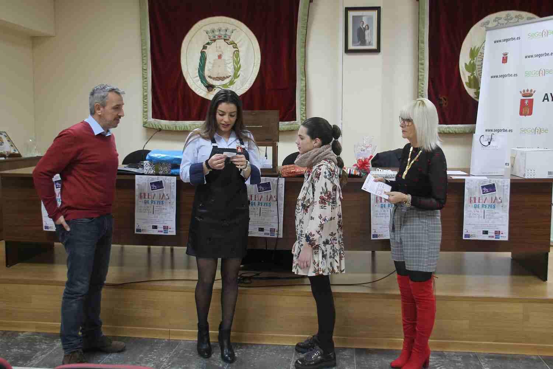 La reina mayor, la primera dama infantil, el alcalde y la concejala de Comercio realizaron el sorteo
