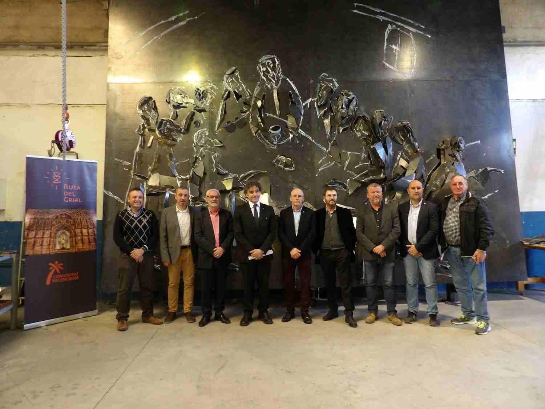 El artista, secretario autonómico de turismo y alcaldes con la escultura