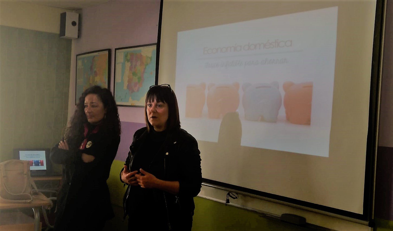 La concejala de Bienestar Social, Yolanda Sebastián, y coordinadora de Servicios Sociales, en la apertura del curso