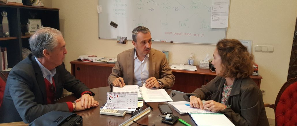 El director territorial, el alcalde de la localidad y la directora médica en el encuentro