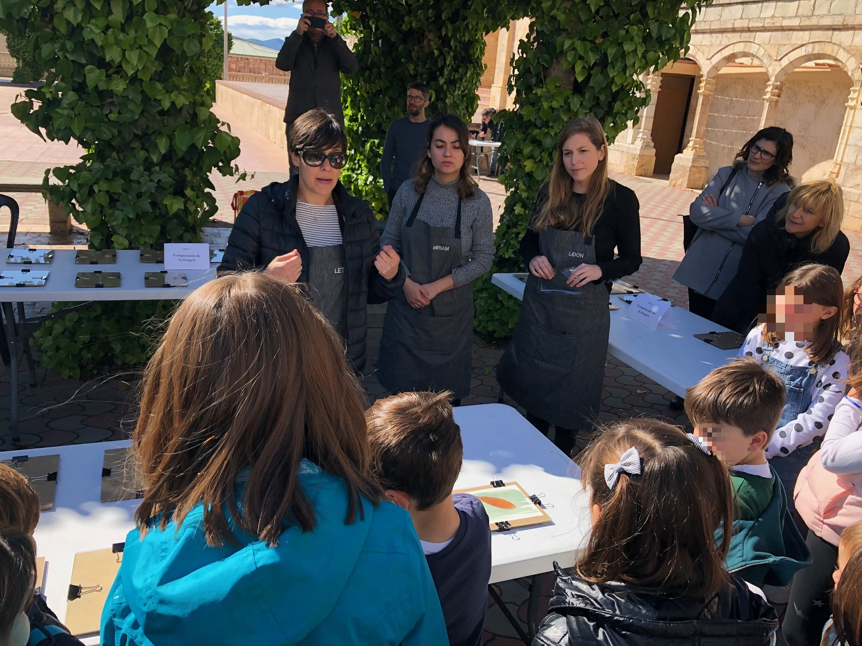 El taller de cianotipias fue impartido por Leticia Tojar y dos ayudantes